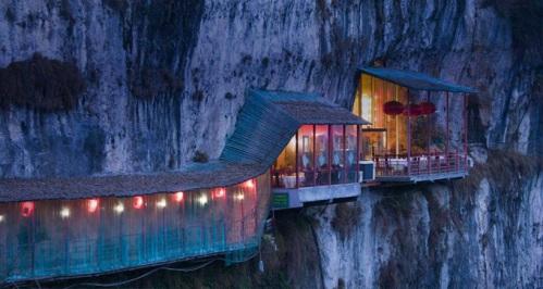 Restaurante próximo a Caverna de  Sanyou sobre o rio Chang Jiang, Hubei , China.