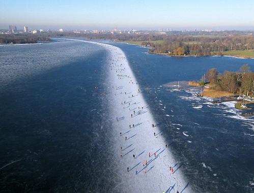 Patinação no gelo sobre o Paterswoldse Meer, um lago ao sul da cidade de  Groningen na Holanda.